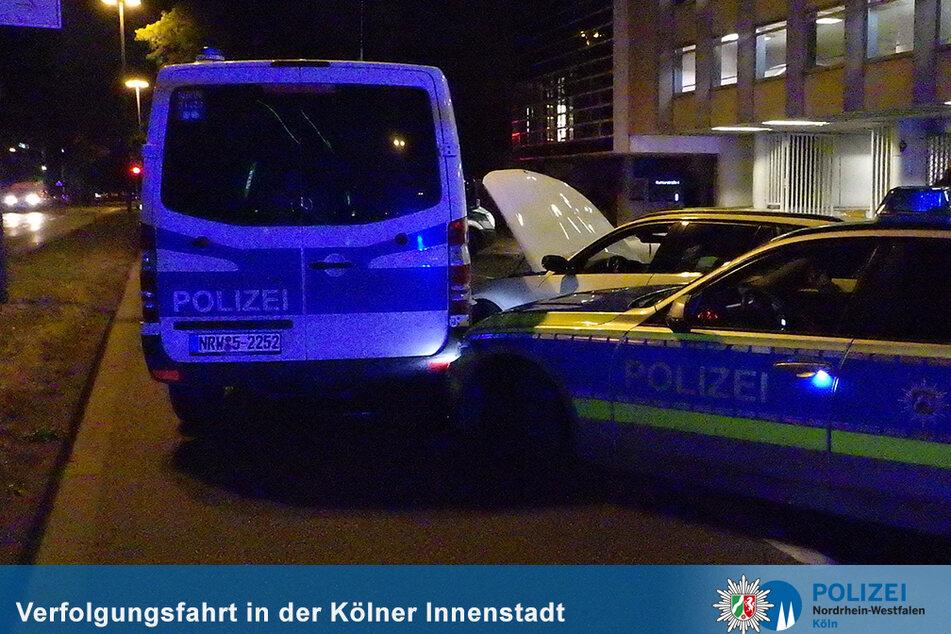 Bei dem Unfall wurden zwei Polizeifahrzeuge beschädigt und zwei Polizisten leicht verletzt.