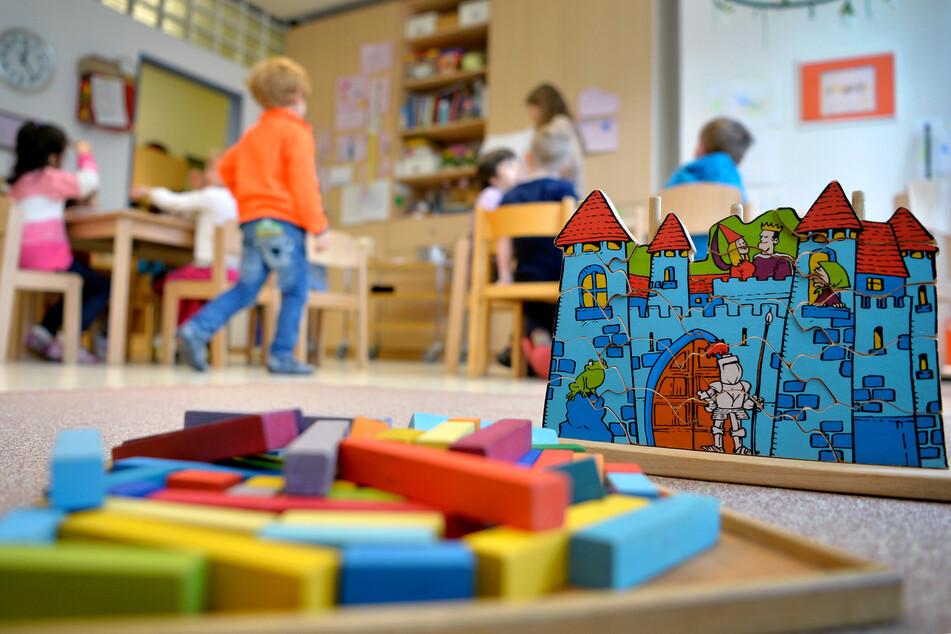Spielzeug liegt in einer Kindertagesstätte auf dem Boden. (Symbolbild)