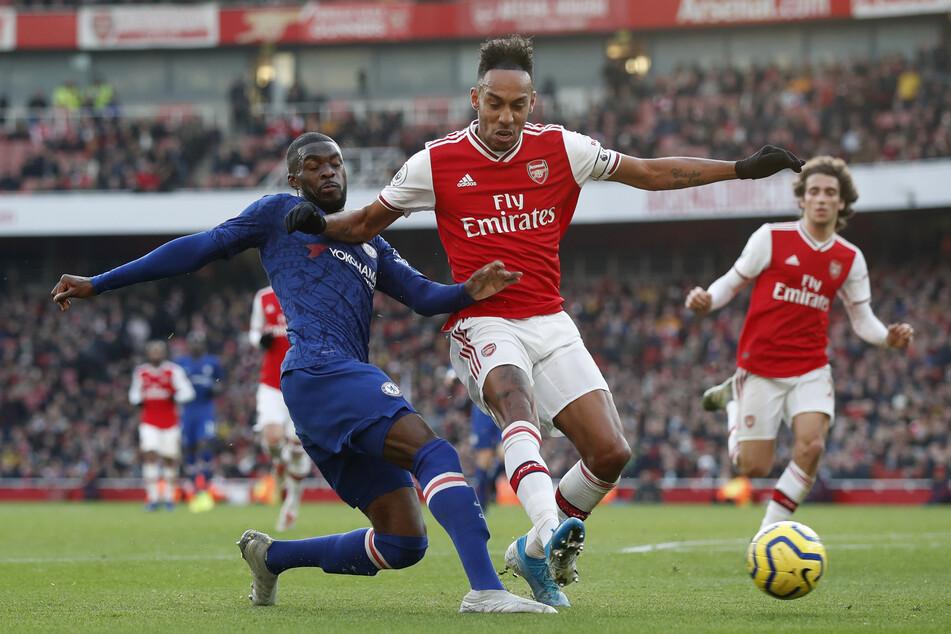 Fikayo Tomori (l.) vom FC Chelsea und Pierre-Emerick Aubameyang (m.) vom FC Arsenal kämpfen um den Ball.