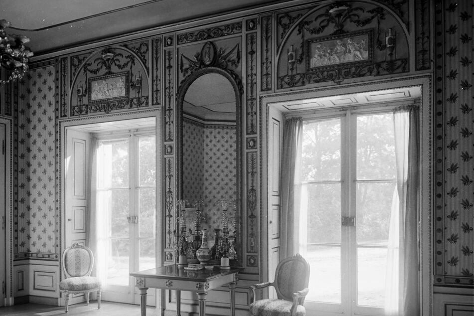 Das ist eine historische Ansicht des gelbvertäfelten Kaiserzimmers mit der originalen Wandgestaltung.