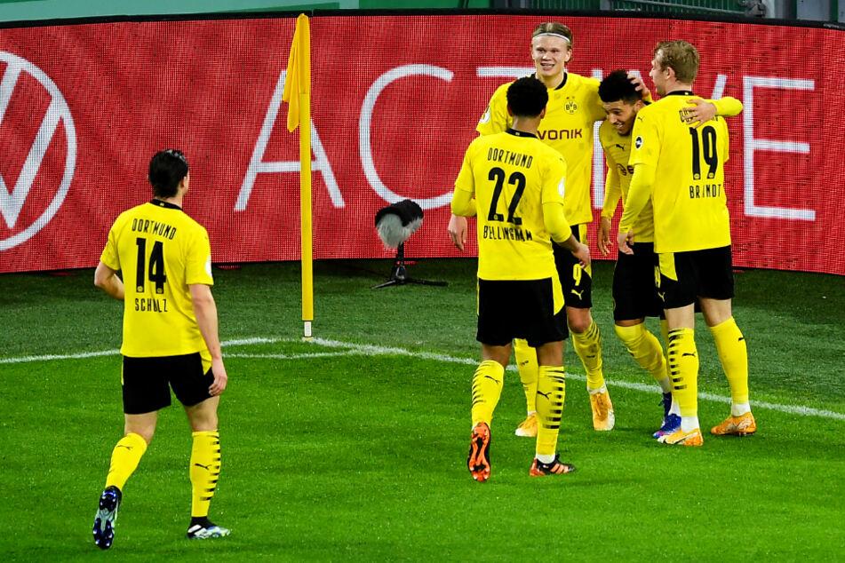 Borussia Dortmund durfte sich am Ende über einen knappen DFB-Pokal-Sieg und den Einzug ins Viertelfinale freuen. Erling Haaland (M.) und Jadon Sancho (2.v.r.) erzielten je ein Tor.