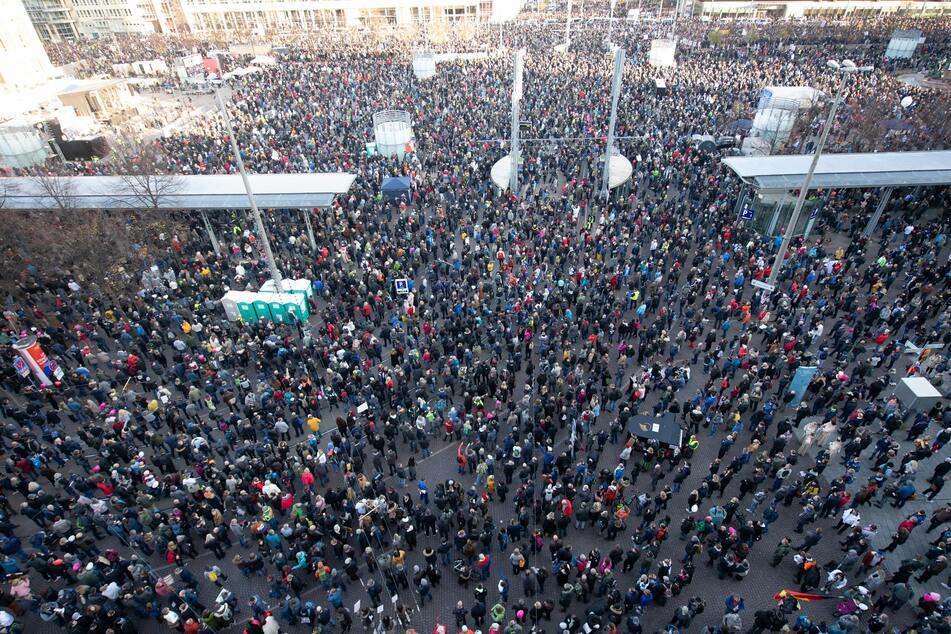 """Rund 20.000 Menschen nehmen an der Demonstration der Stuttgarter Initiative """"Querdenken"""" auf dem Augustusplatz teil."""