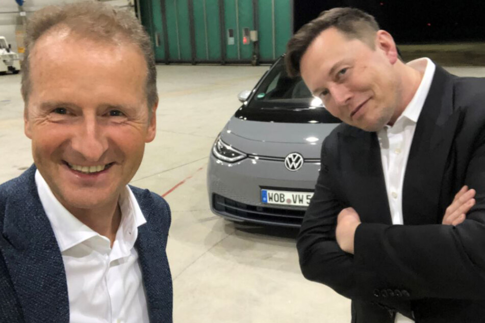Selfie zweier Konkurrenten: Herbert Diess zusammen mit Tesla-Chef Elon Musk in einem Hangar des Braunschweiger Flughafens nach einer kurzen gemeinsamen Rundfahrt mit einem Volkswagen-Elektroauto vom Typ ID.3.