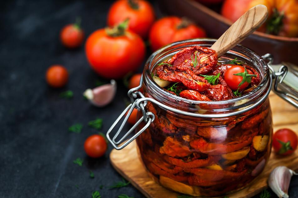 Getrocknete Tomaten lassen sich im Backofen und mit Dörrautomaten selbst herstellen.