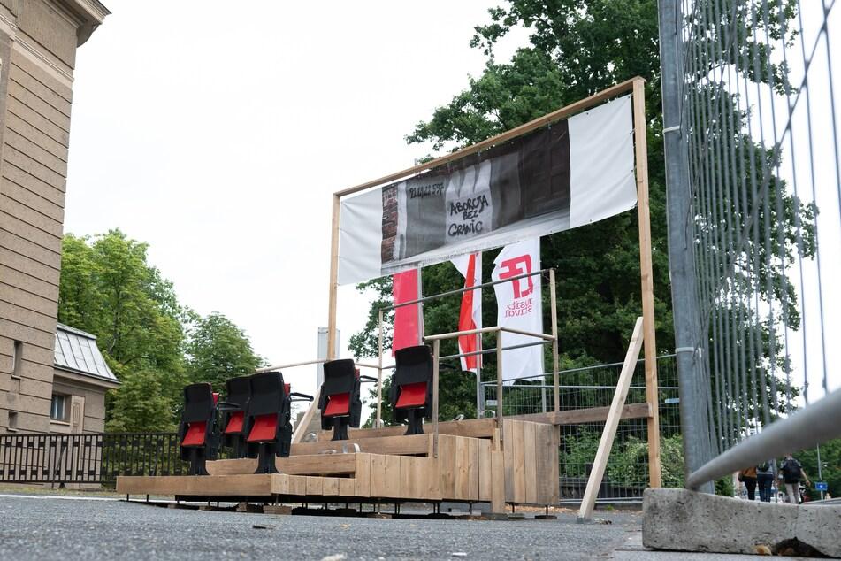 """Die Installation """"Kulisse"""" von Lisa Maria Baier steht vor der Brücke der Freundschaft hinter einem Bauzaun."""