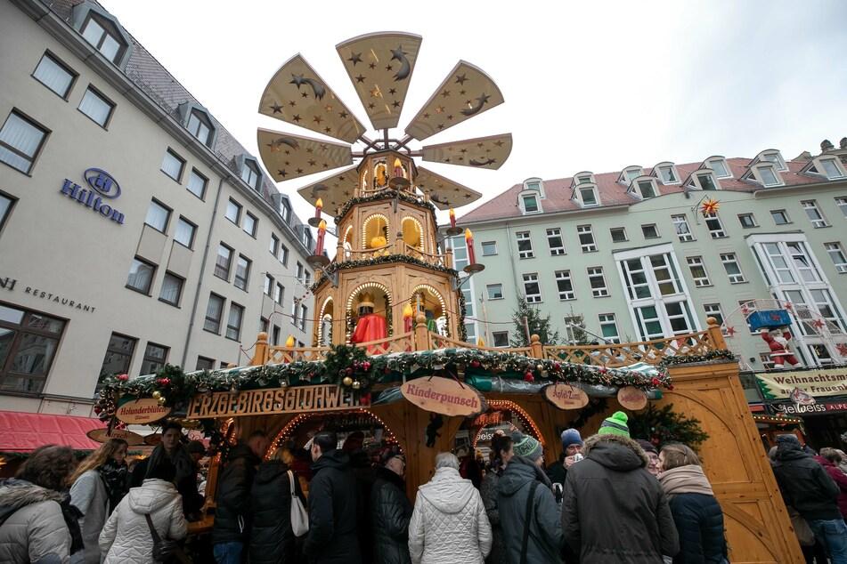 Blick auf die Pyramide des Weihnachtsmarktes auf der Münzgasse.