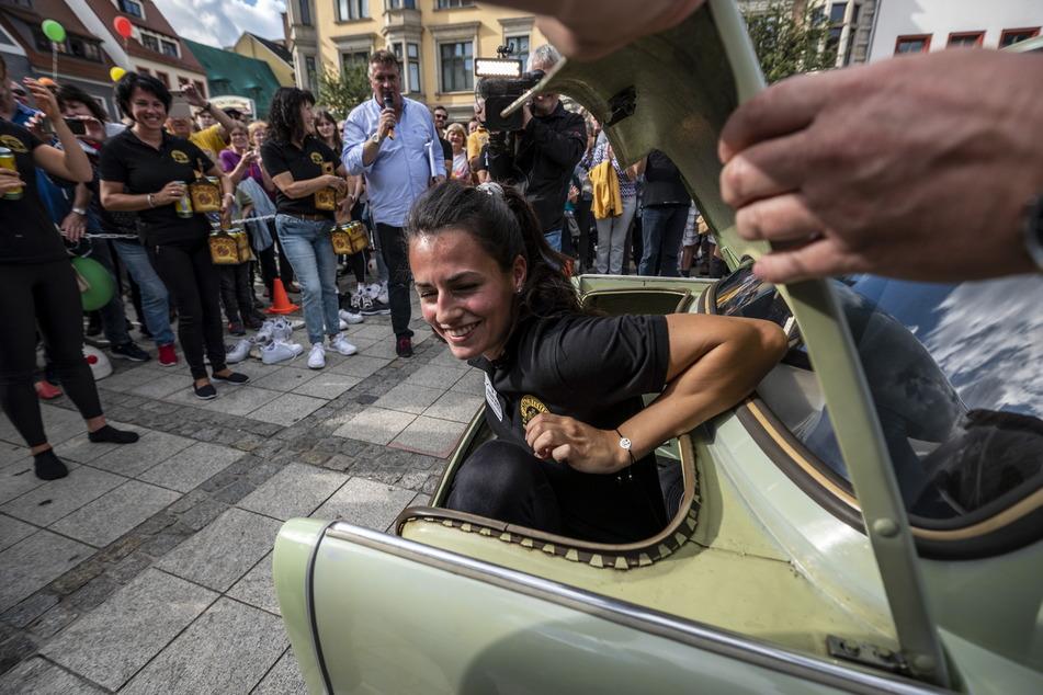 Endlich wieder frische Luft: Eine Rekord-Teilnehmerin steigt aus dem Kofferraum des Trabants.