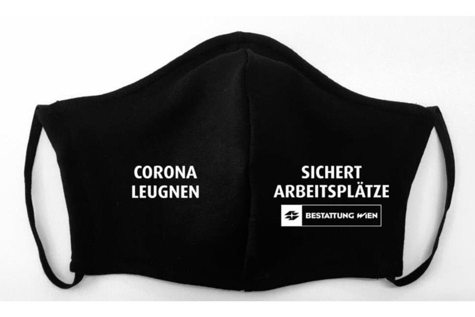 """Die Bestatter der Stadt Wien tragen schwarz. In weiß steht auf den Masken """"Corona leugnen sichert Arbeitsplätze""""."""