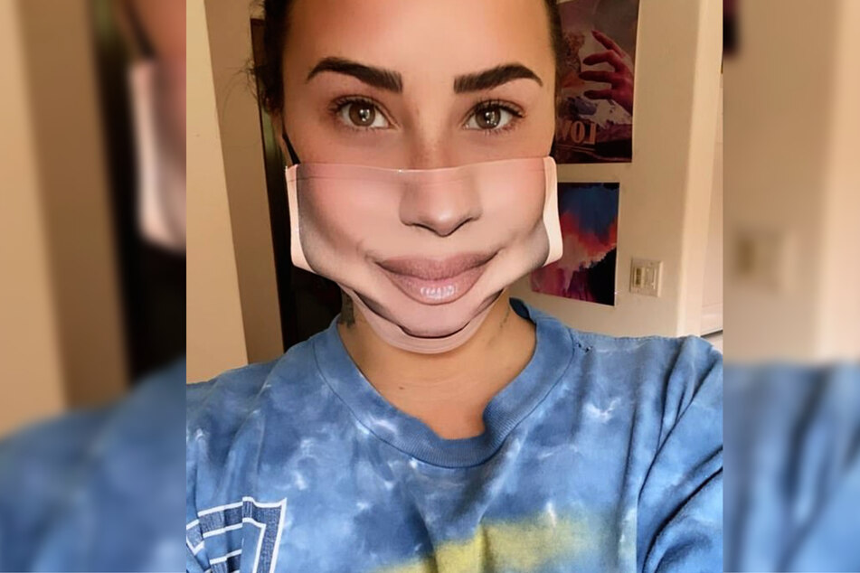 Demi Lovato (28) sieht mit ihrem Mund-Nasen-Schutz ungewohnt gewohnt aus.