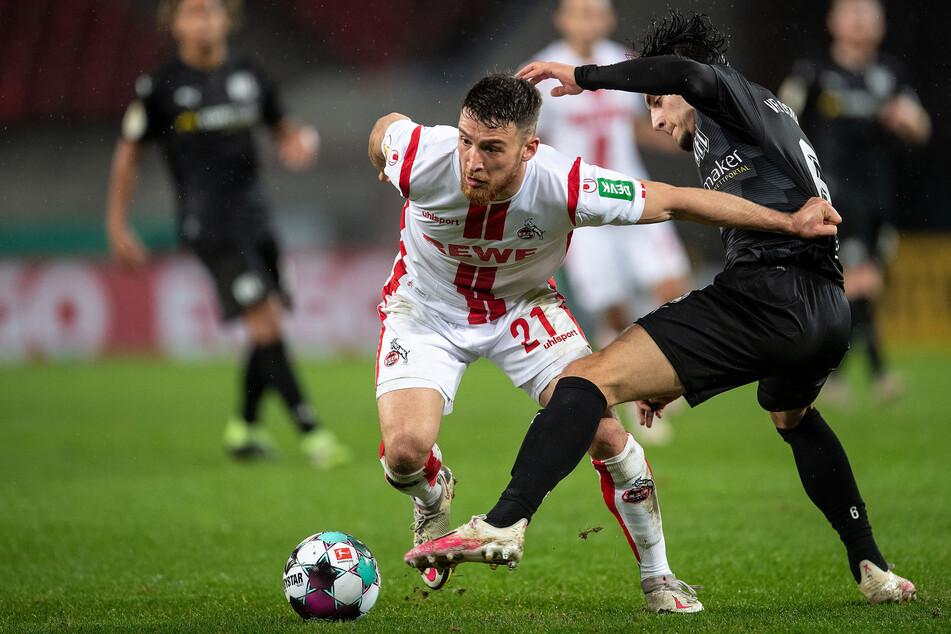 Kölns Salih Özcan (l.) und Osnabrücks Ludovit Reis kämpfen um den Ball.