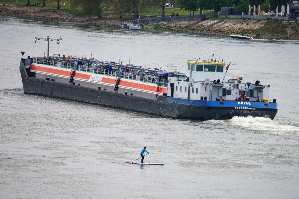 Der Rheinpegel zeigte 2018 extreme Ausschläge. Auf Hochwasser folgte ein solches Niedrigwasser, das der Gütertransport stockte. (Symbolfoto)