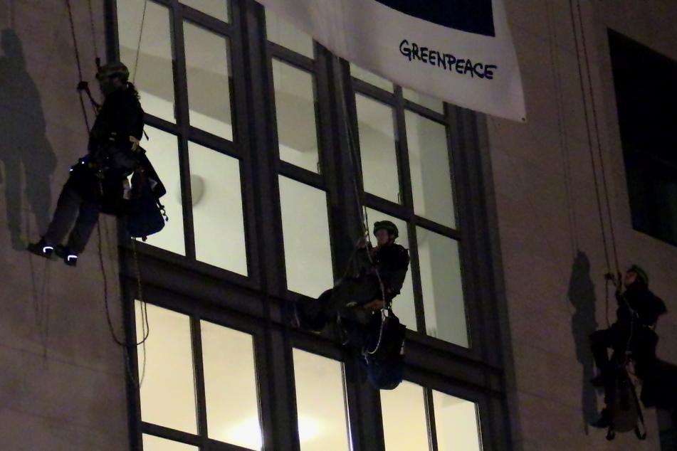 Die Aktivisten von Greenpeace seilten sich von der Fassade der Düsseldorfer Staatskanzlei ab.