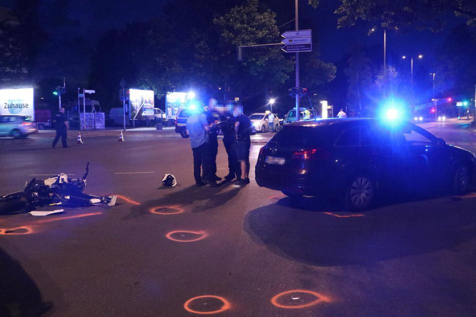 Polizisten sichern die Unfallstelle. Hat das Einsatzwagen der Zivilstreife den Motorradfahrer zu Fall gebracht.
