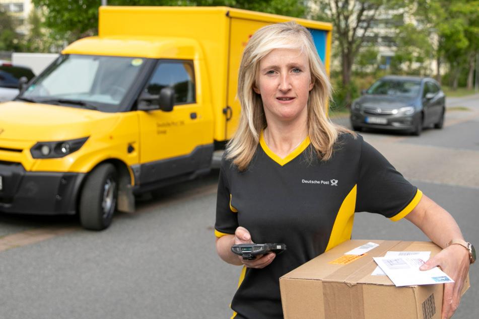 """""""Die Paketflut überraschte uns über Nacht"""": Täglich liefert DHL derzeit bis zu 9 Millionen Sendungen aus, 130 brachte Zustellerin Karolin Rubbel (31) in unserer gemeinsamen Schicht zu ihren Kunden an die Haustüren."""