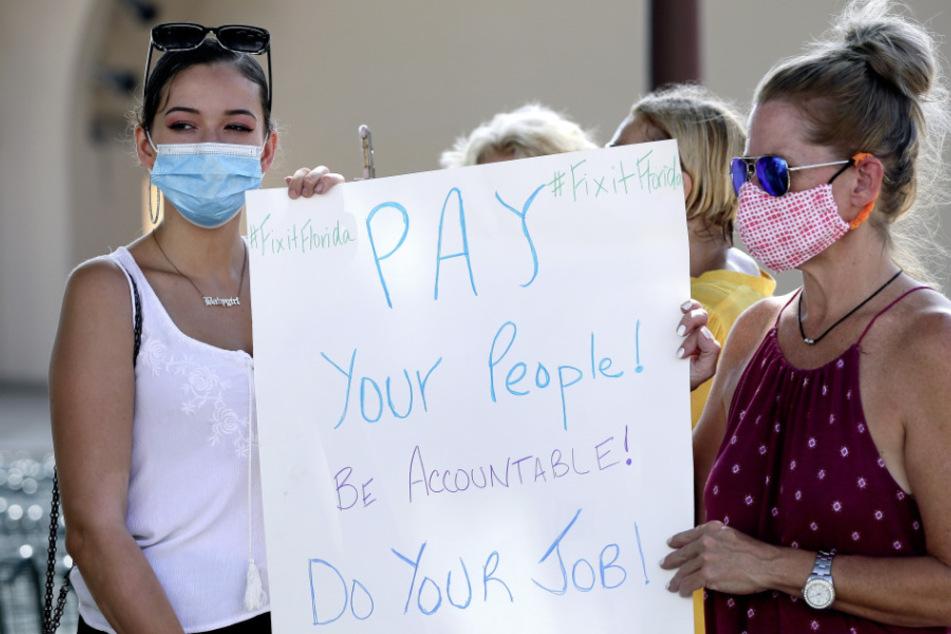 USA, Orlando: Demonstranten mit Masken protestieren gegen Floridas Arbeitslosengeld-System. (Archivbild)