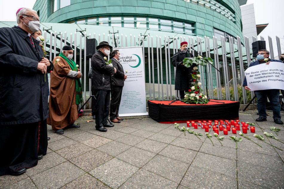 Imam Taha Sabri (2.v.r.) von der Neuköllner Begegnungsstätte spricht während der Friedenskundgebung des Zentralrates der Muslime (ZMD) vor der österreichischen Botschaft. Er gedachte der Opfer des Terroranschlags in Österreich in dieser Woche.