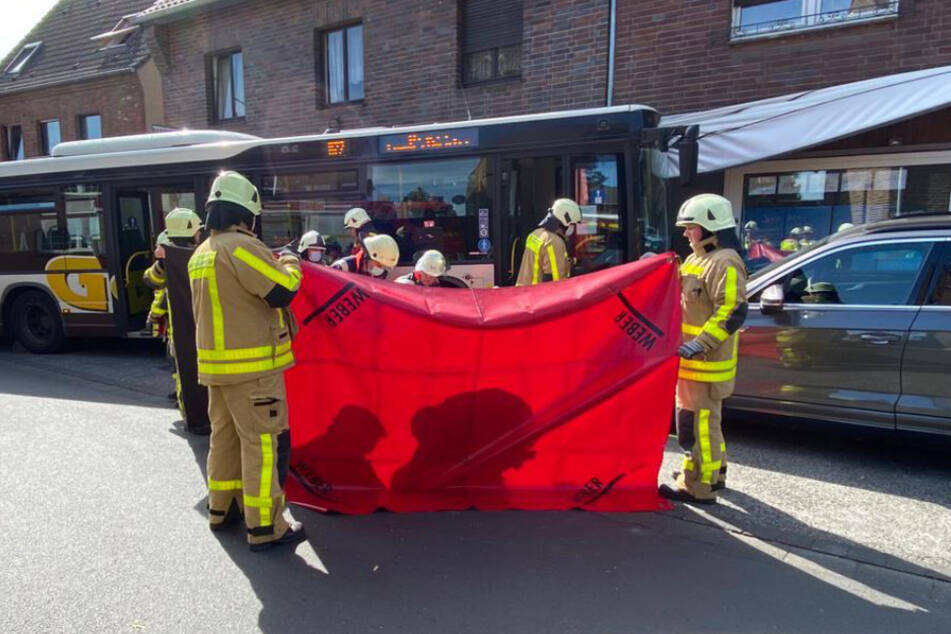 Bus kracht gegen Hauswand: Fahrer schwer verletzt
