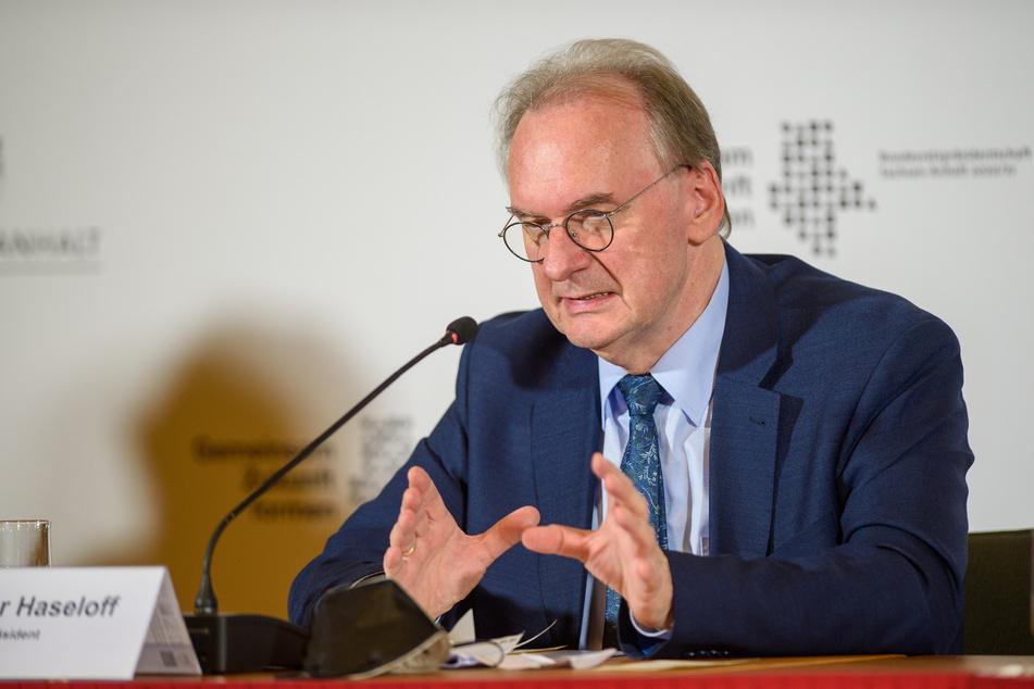Sachsen-Anhalts Ministerpräsident Reiner Haseloff (CDU) würde aufgrund der Krise gern noch mehr Polizisten rekrutieren. (Archivbild)
