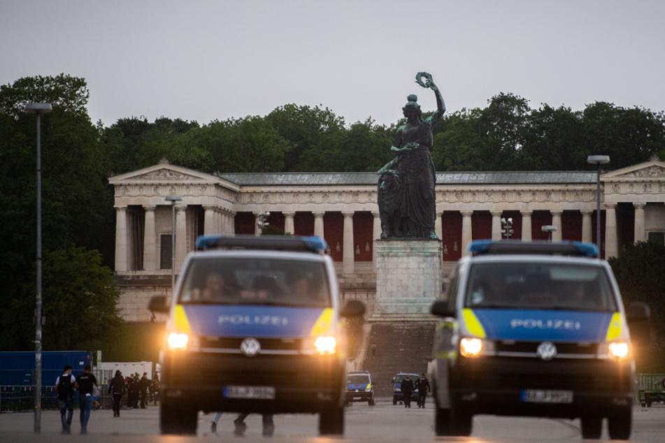 Polizisten sperren die Theresienwiese ab. Am Horizont sind Dunkle Wolken zu sehen. Wegen eines Unwetters wurde die Demonstration gegen die Anti-Corona Maßnahmen der Regierung abgebrochen.