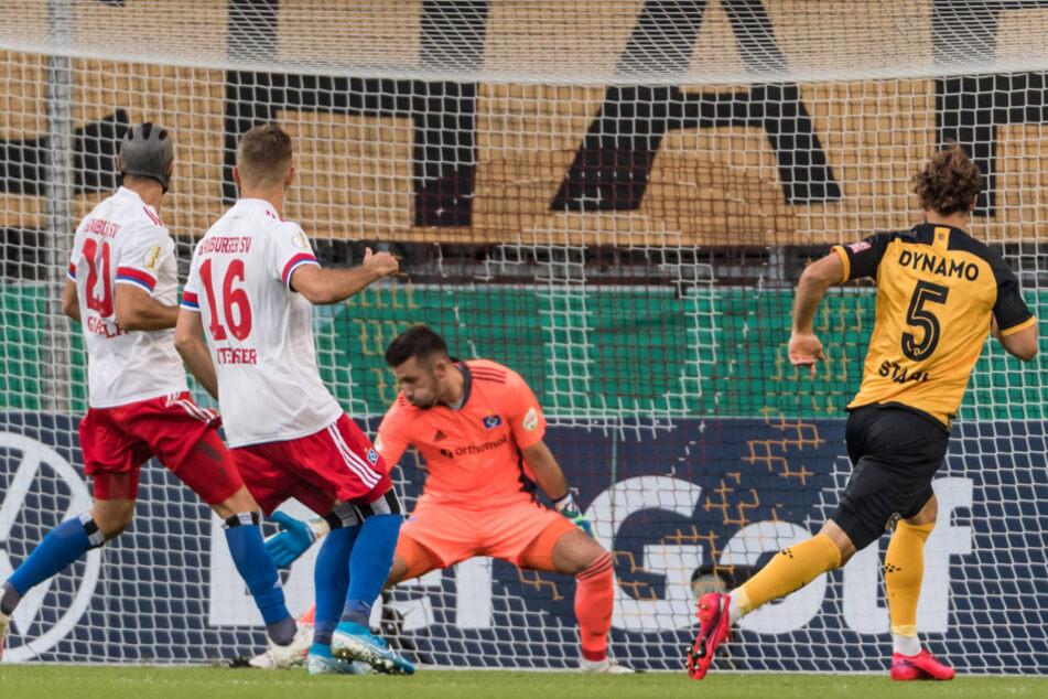 Yannick Stark (r.) bei seinem 1:0 gegen den HSV. Da wuchtete er eine Hereingabe von Panagiotis Vlachodimos in die Maschen.