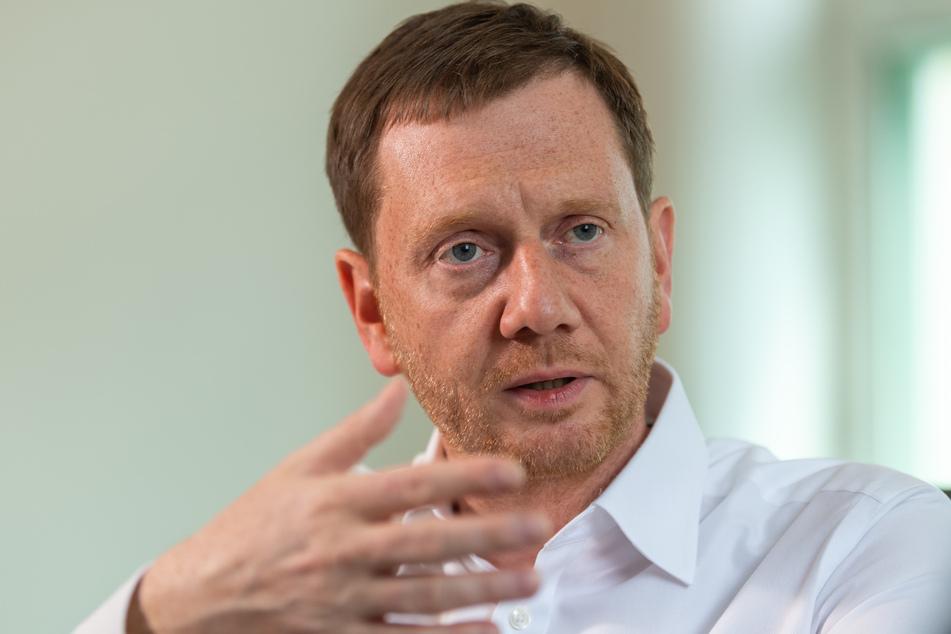Michael Kretschmer (CDU), Ministerpräsident von Sachsen, gibt in seinem Büro in der Staatskanzlei der dpa ein Interview.