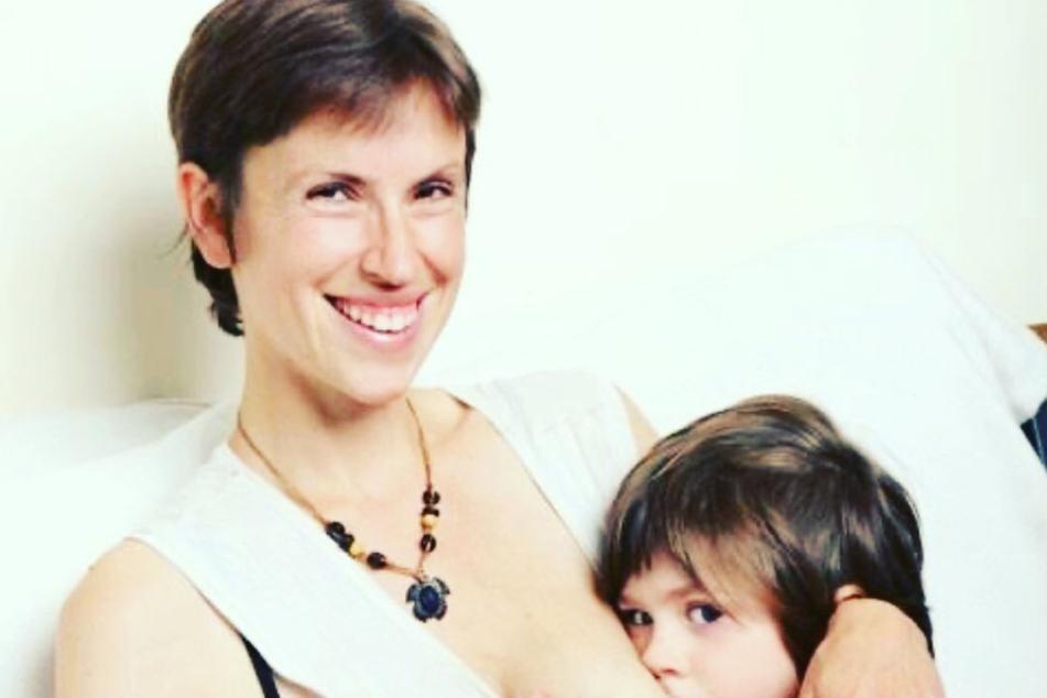 Dreifache Mutter stillt ihre Kinder seit 10 Jahren