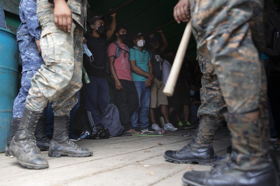 Migranten auf dem Weg in die USA stehen auf der Ladefläche eines Lastwagens. Mexikanische Polizisten sollen 19 Menschen erschossen haben, die den Start in ein besseres Leben in den USA suchten. (Symbolbild)