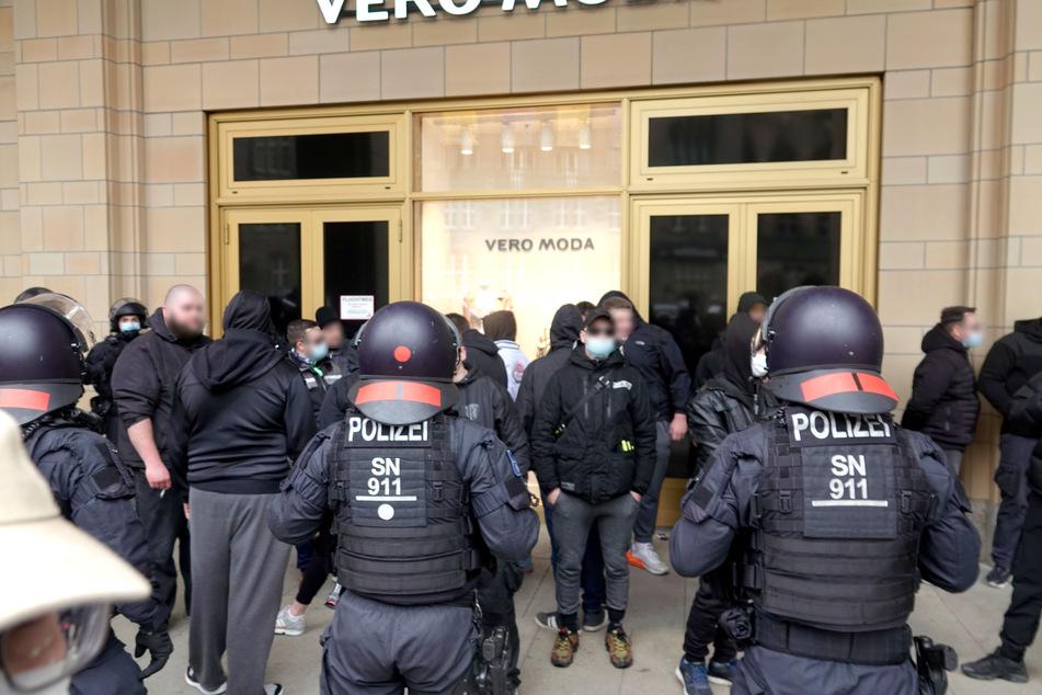 Nach einer verbotenen Anti-Corona-Demo kam es am Samstag in der Chemnitzer Innenstadt zu Auseinandersetzungen zwischen Demonstranten und Polizisten. Dabei sollen mutmaßliche Rechtsextremisten Flaschen gegen Beamte geworfen haben. © B&S