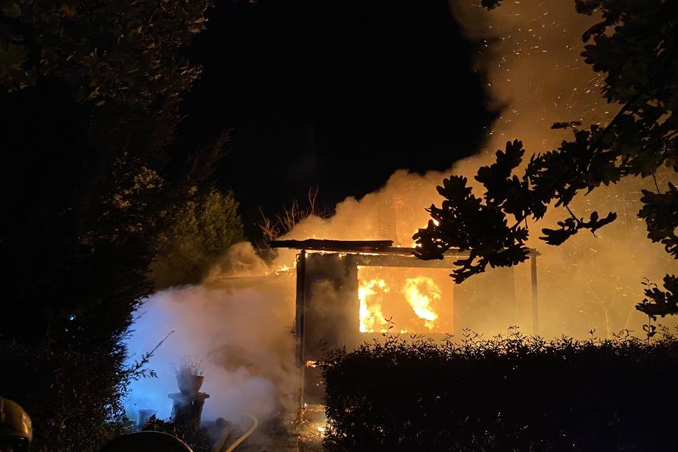 Rauch und Flammen in Berlin-Wartenberg: Eine Gartenlaube ist ausgebrannt.