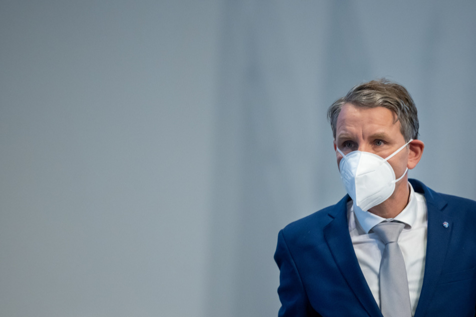 Thüringens AfD-Frontmann Björn Höcke (48) trägt eine FFP-2-Maske. Die Thüringer-Partei ist bereits seit einem Jahr als Verdachtsfall im Bereich Rechtsextremismus eingestuft. Nun erwischte es die gesamte Partei.