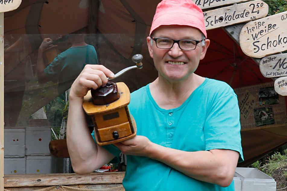 """Steffen Konkol (56) alias """"Kaffee-Kurt"""" betreibt ein Mini-Café im Wald."""