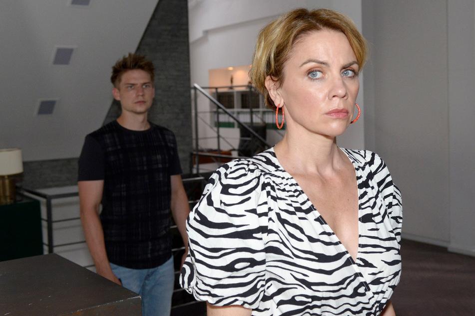 Moritz bemerkt, wie schlecht es um die Chancen seiner Mutter Yvonne (r.) stehen.