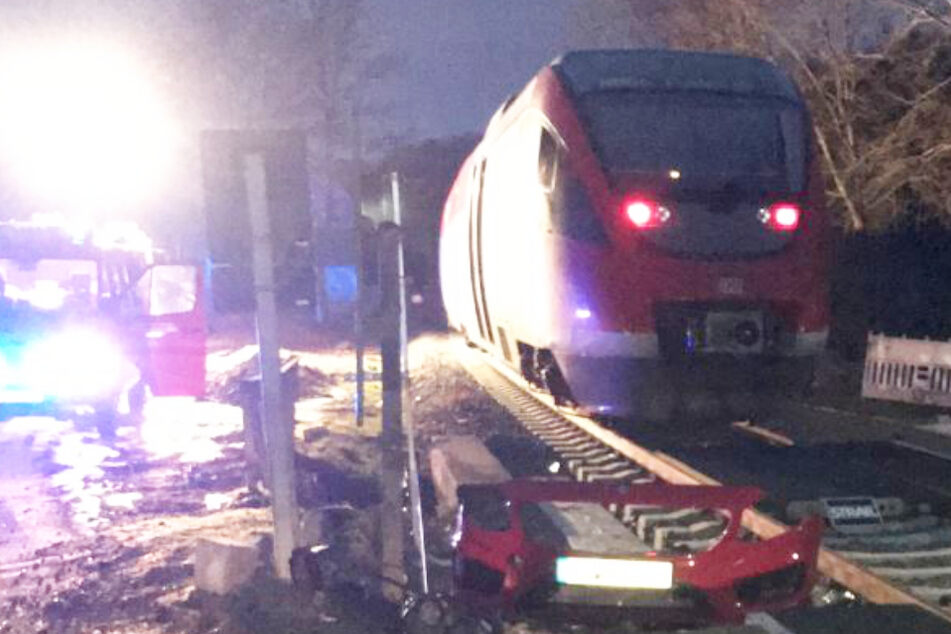 Autofahrer übersieht Zug an Bahnübergang, dann kracht es