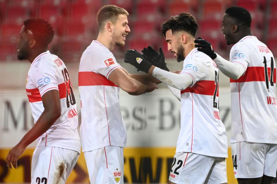 Waldemar Anton (24, 2. v. l.) und Silas Wamangituka (21, r.) gratulieren VfB-Angreifer Nicolas Gonzalez (22) zu seinem Treffer zum zwischenzeitlichen 1:1.