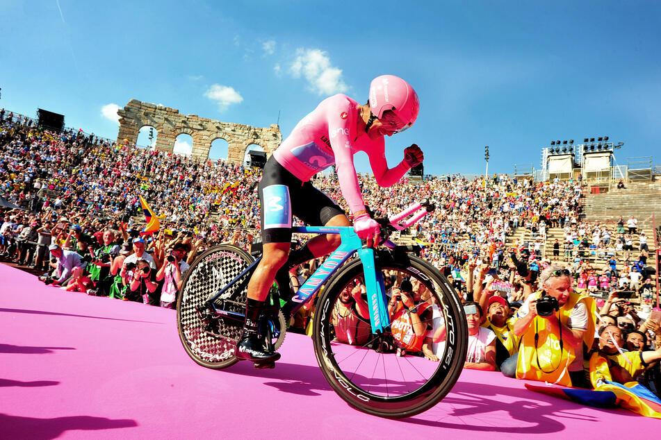 Richard Antonio Carapaz aus Ecuador vom Movistar Team bejubelt mit der seinen Gesamtsieg des Giro 2019. (Archivbild)
