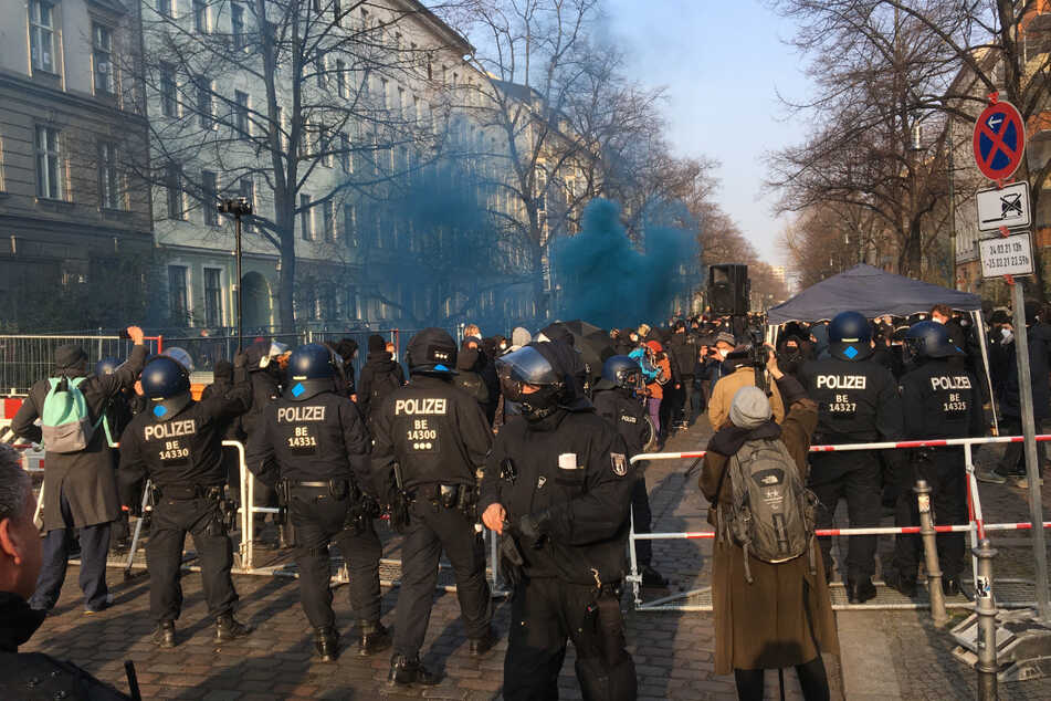 """Hunderte Teilnehmer demonstrieren gegen die Räumung der Kiez-Kneipe """"Meuterei""""."""