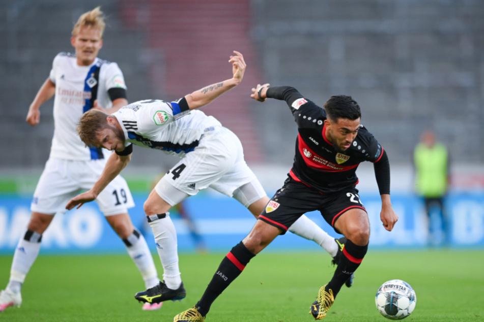 Nicolas Gonzalez (r) von Stuttgart und Aaron Hunt von Hamburg in Aktion.