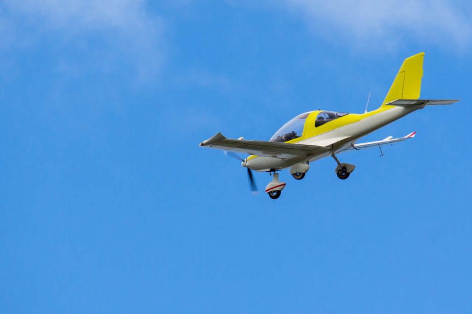 Bruchlandung! Lande-Versuch von Kleinflugzeug misslingt gleich doppelt