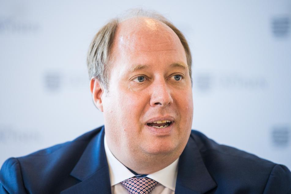 Helge Braun, Chef des Kanzleramtes, spricht während einer Pressekonferenz. Das Kanzleramt hat sich ausdrücklich zu einer regional angepassten Reaktion auf die Corona-Krise bekannt.