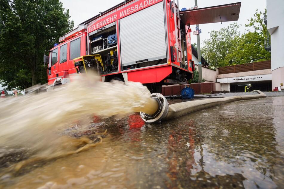 In Wiesbaden pumpte die Feuerwehr am Samstag nach starkem Regen eine vollgelaufene Hotel-Tiefgarage aus.