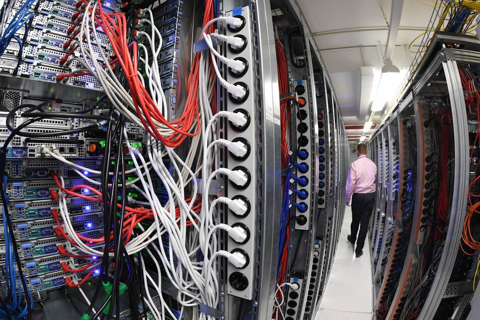 Blick in einen Serverraum in einem Rechenzentrum. Computer könnten uns Menschn künftig immer mehr Arbeit abnehmen. (Symbolbild)
