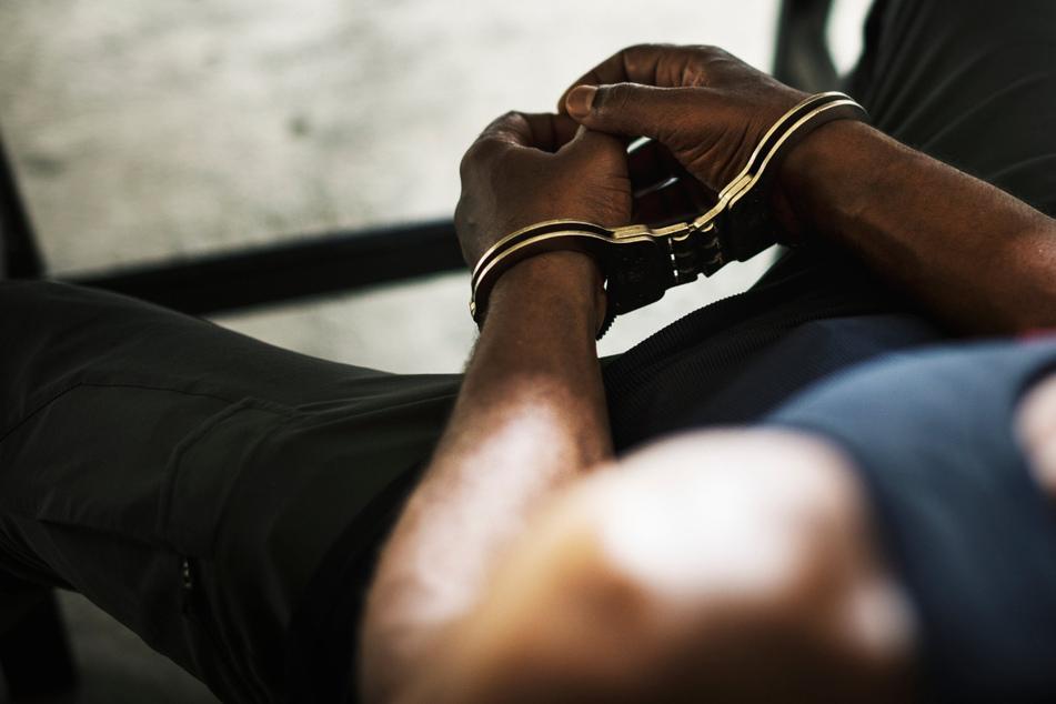 In Russland ist ein Mann eine Woche lang zur nächsten Polizeistation gelaufen, um drei Morde zu gestehen. (Symbolbild)