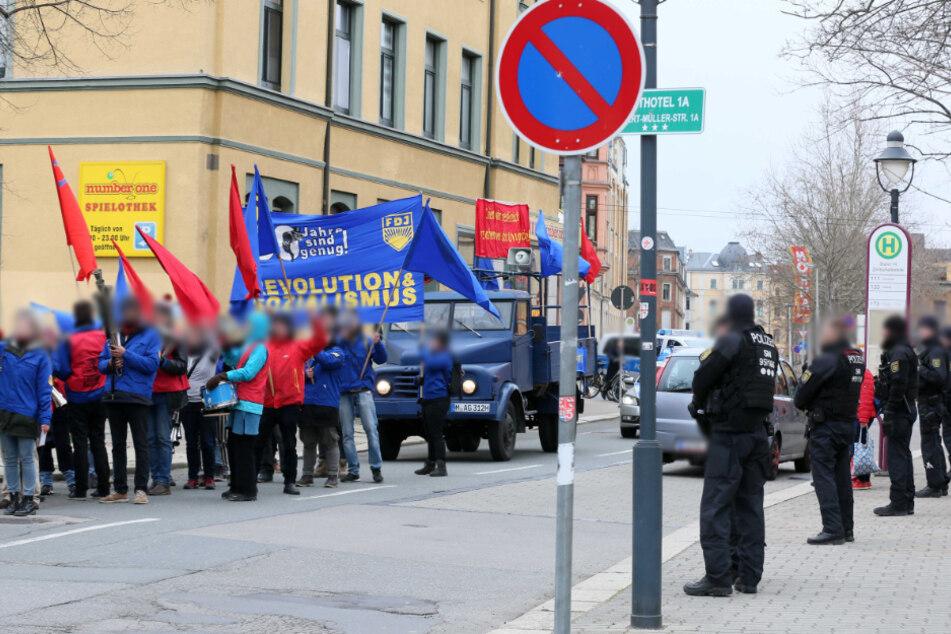 """Die Zwickauer Demo war Teil einer FDJ-Kampagne unter dem Motto """"30 Jahre sind genug! Revolution & Sozialismus""""."""