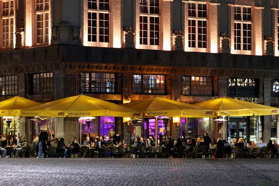 Bis spät in die Nacht saßen die Gäste in den Freisitzen der Lokalitäten rund um das Barfußgässchen.