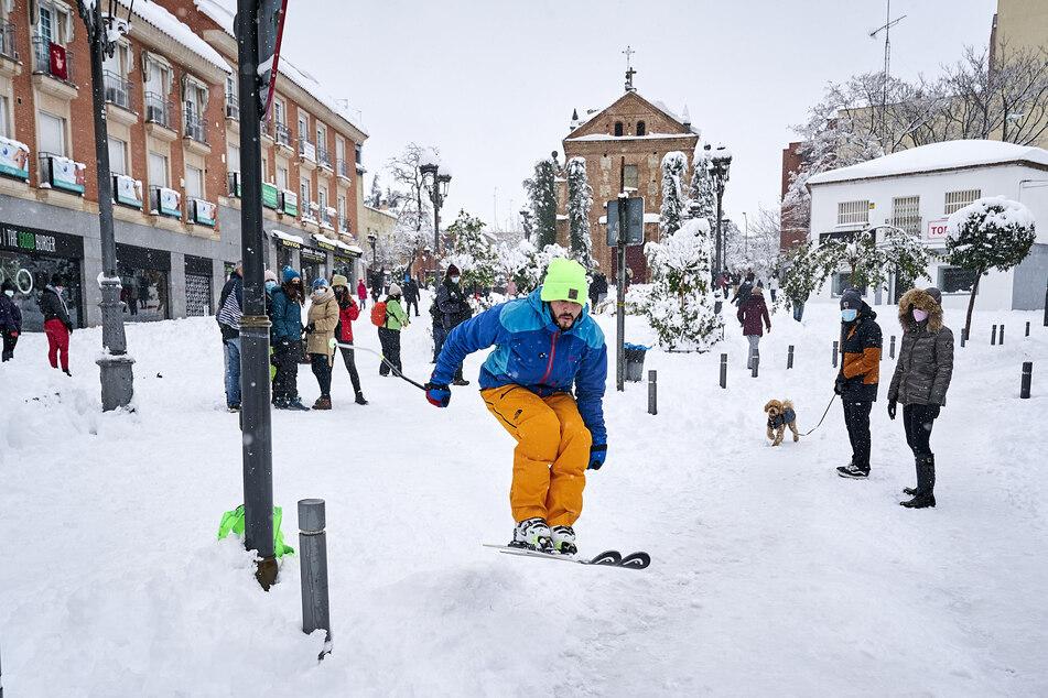 Ein Skifahrer saust durch Móstoles, der größten Vorstadt von Madrid.