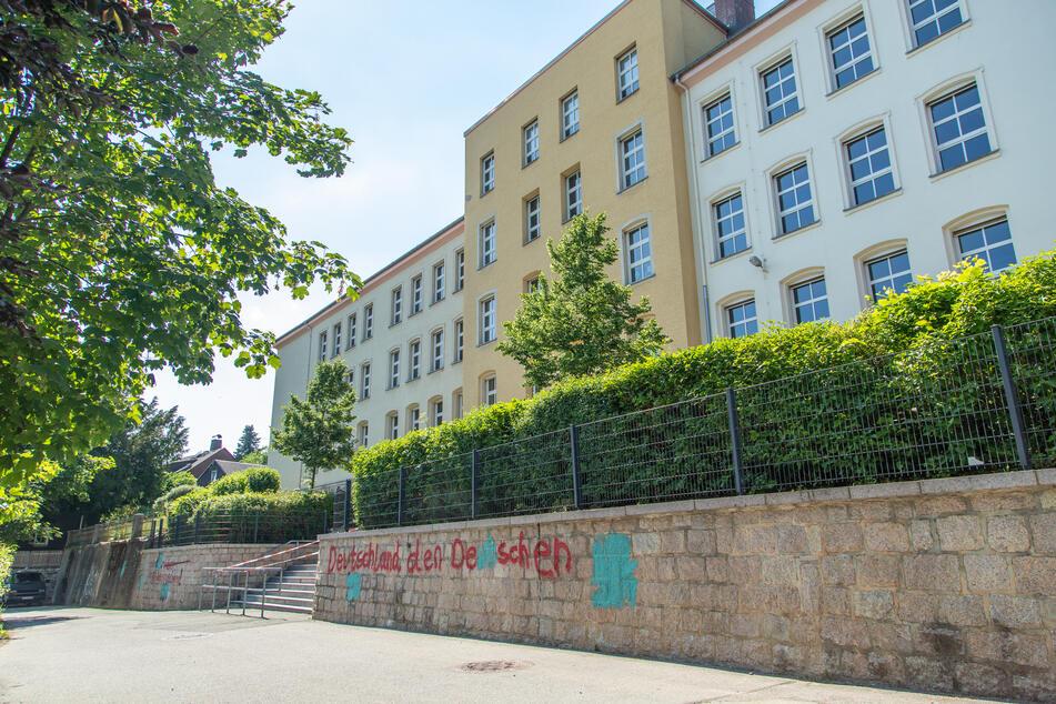 Unbekannte haben an die Schule in Thalheim Hakenkreuze und Parolen geschmiert.