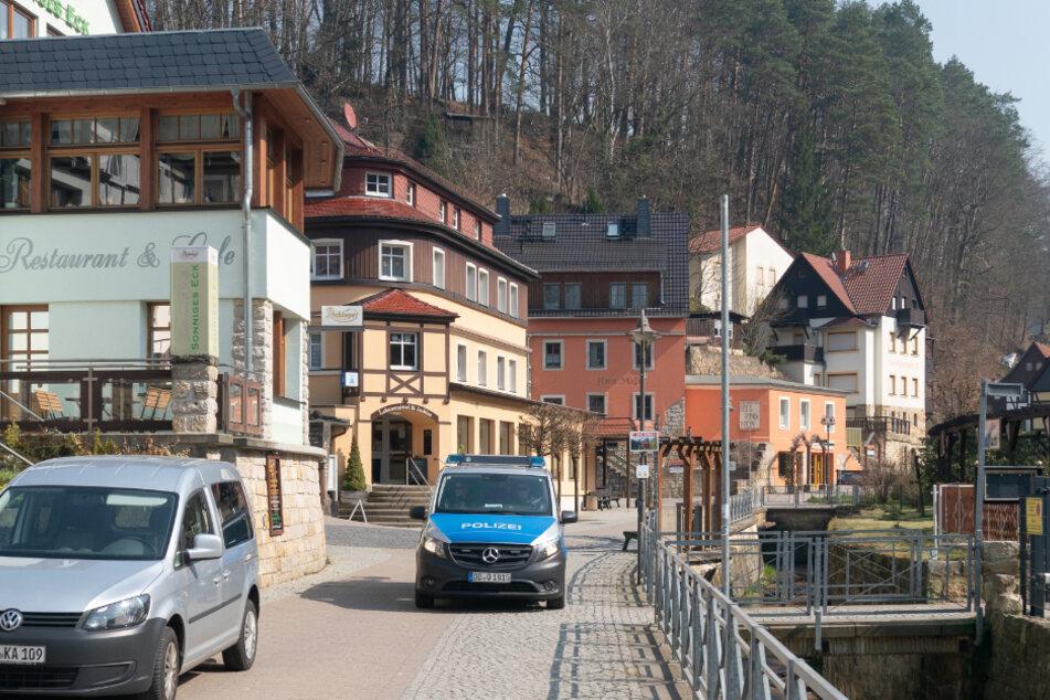 Ein Polizeiauto im fast menschenleeren Kurort Rathen, der normalerweise zahlreiche Besucher anlockt.