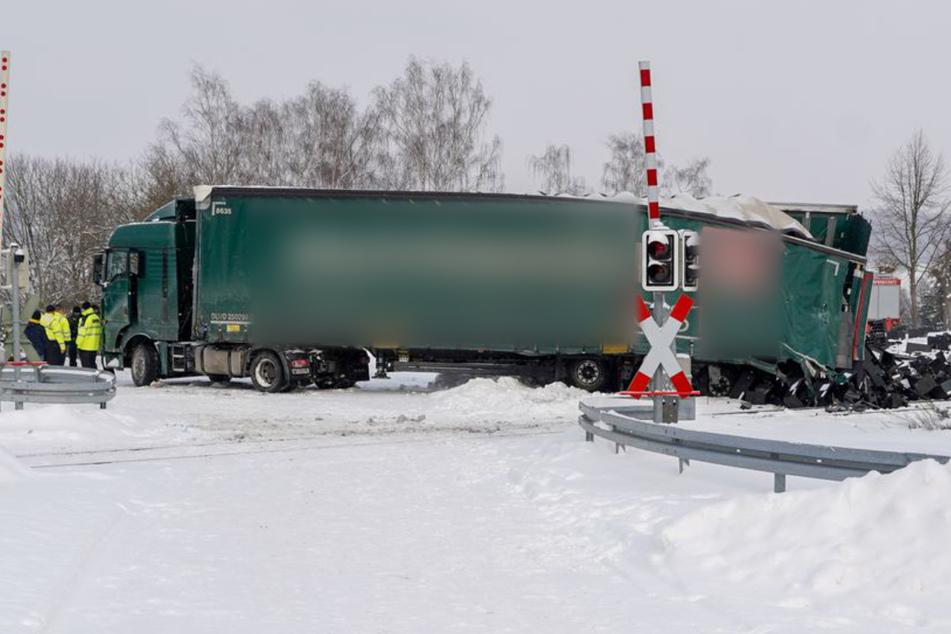 Aufgrund der winterglatten Fahrbahn gelang es dem Mann nicht mehr, sein Fahrzeug vom Bahnübergang wegzubewegen.