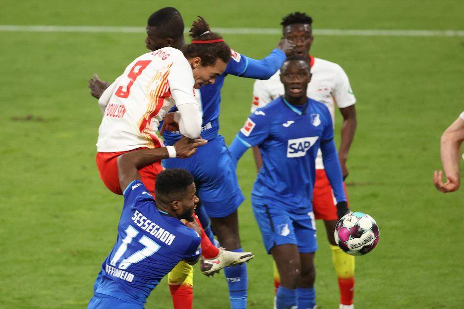 Das Tor, das nicht zählte. RB Leipzigs Yussuf Poulsen (l., #9) köpfte sich an den Arm, traf dadurch zwar, durfte sich aber nur kurz freuen.