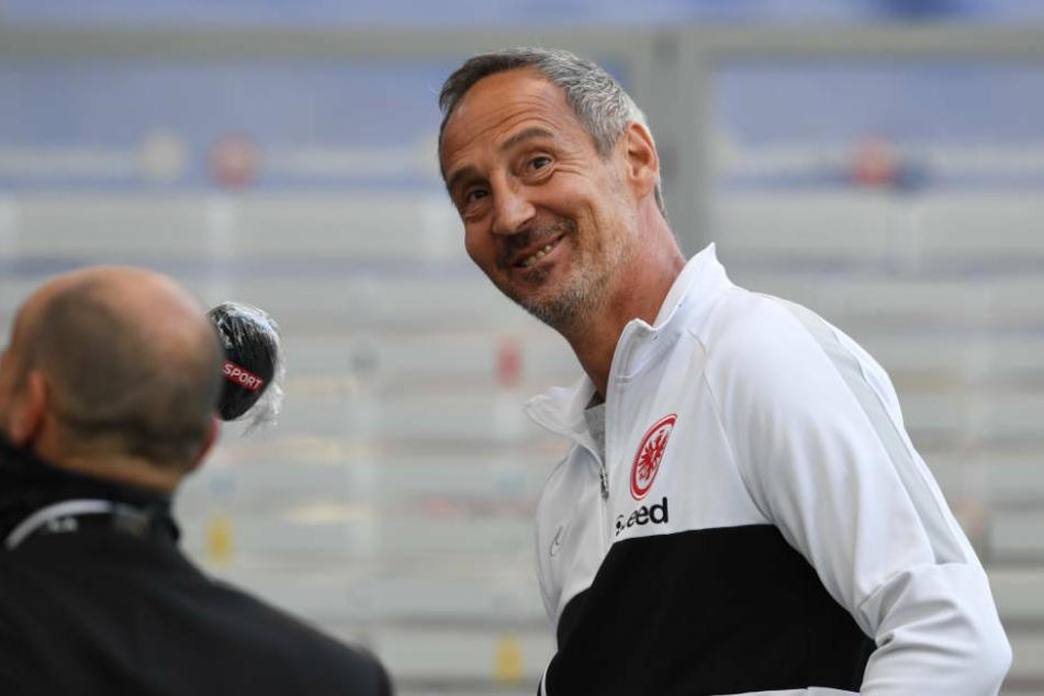 Eintracht-Coach Adi Hütter hat nach sieben Punkten aus den vergangenen drei Spielen wieder gut lachen (Archivbild).